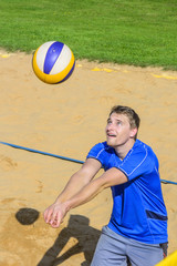 Zuspiel beim Beachvolleyball