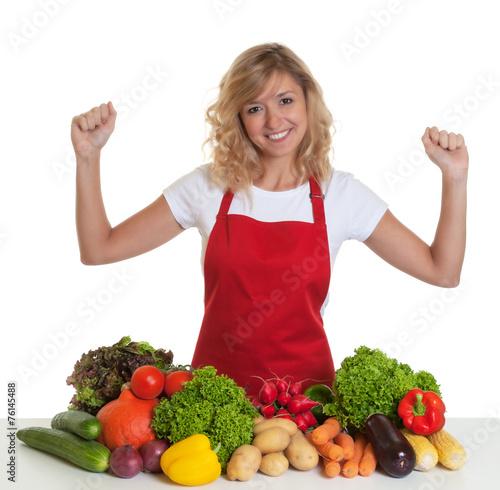 canvas print picture Hausfrau mit roter Schürze freut sich auf frisches Gemüse