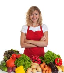 Hausfrau mit roter Schürze kocht gesund