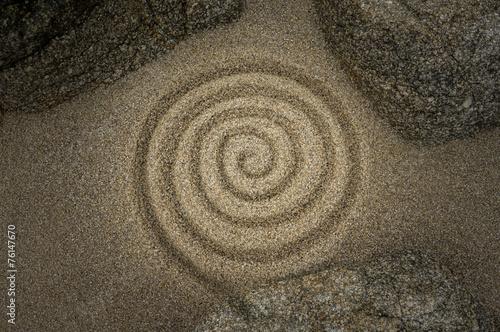 Aluminium Spiraal Esoterische Spirale aus Sand mit mystischer Beleuchtung