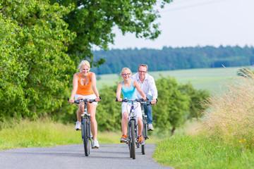 Familie im Sommer fährt Fahrrad Tour