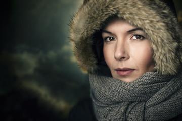 Frau mit Pelzmütze und Schal