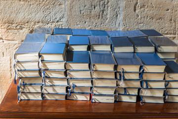 Gesangsbücher in der Kirche