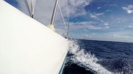 Katamaran fährt gegen die Wellen und taucht ein