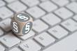 Würfel mit Paragraph Symbolen auf einer Tastatur - 76157272