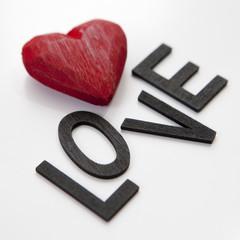 mot love et coeur rouge