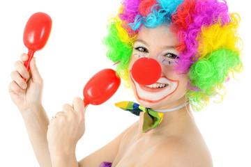 Clown macht Stimmung mit Rasseln