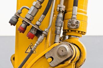 Hydraulikanschlüsse und Mechanik an einer Baumaschine
