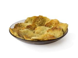 Стеклянная тарелка с картофельными блинами на белом фоне