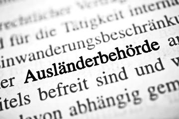 Ausländerbehörde - schwarz-weiß Text
