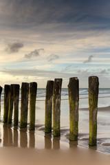 Poteaux sur une plage à Calais