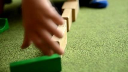 Kind spielt mit Holz