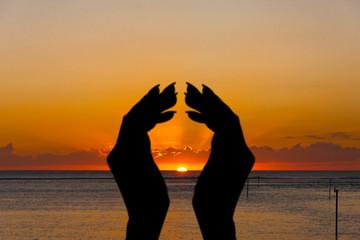 mains sur coucher de soleil, Etang-Salé, Réunion