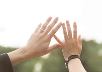 カップルの手