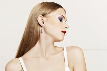 Портрет девушки с длинными русыми волосами на белом фоне