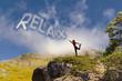 Ragazza con scritta relax con le nuvole