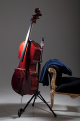 Cello im Studio wartet auf Einsatz