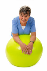 Seniorin auf Gymnastikball - Senior woman on a ball