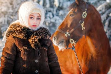 Девочка и лошадь в зимний день