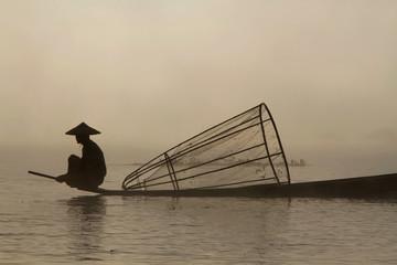 Silhouette de pêcheur sur le lac