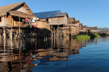 Une allée de maisons dans un village du Lac Inle