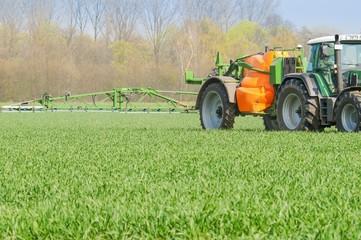 Pflanzenschutz, Anhänge-Pflanzenschutzspritze im Einsatz