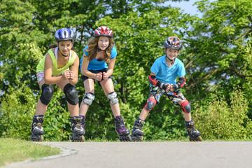 drei jugendliche Inline-Skater