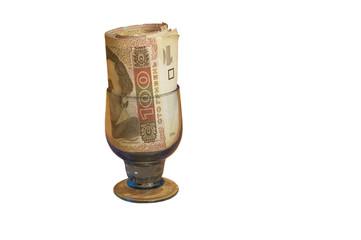 денежные купюры лежат , торчат в стеклянном стакане