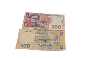 денежные купуры разного наминала на белом фоне