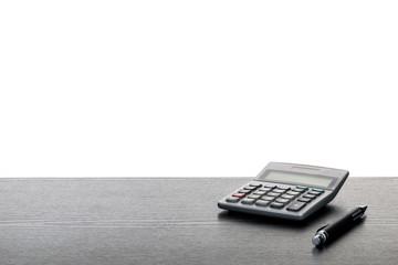 Taschenrechner Kugelschreiber auf Tisch