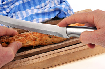 Couper un pain ficelle fourré et doré au fromage