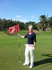 Golfurlaub -Golfer golferin auf Kanaren