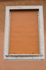 Finestra con tapparella chiusa, saracinesca, arancione