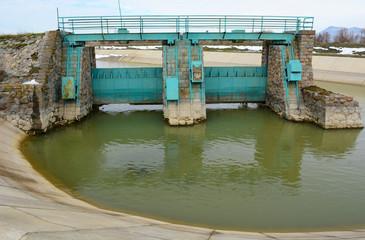 sulama kanallarının su kontrol bölümü