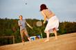 canvas print picture - Paar spielt Federball am Strand im Sommer