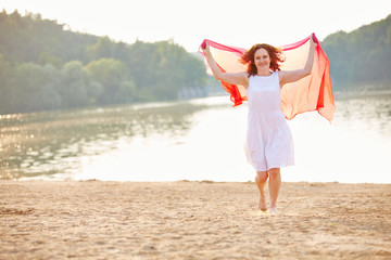 Frau im Sommer am See