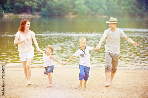 canvas print picture Familie mit Kindern macht Urlaub im Sommer