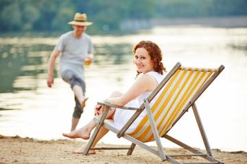 Paar im Sommer am See