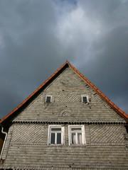 Altbau mit Fassade aus Schiefer in Salzböden bei Lollar