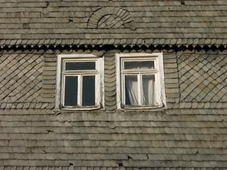 Holzfenster einer grauen Schieferfassade in Salzböden bei Lollar