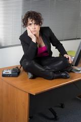 Femme sur son bureau en tailleur en grève