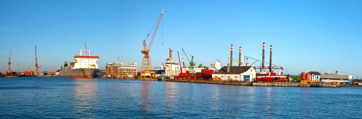 Hafen, Panorama mit Werft