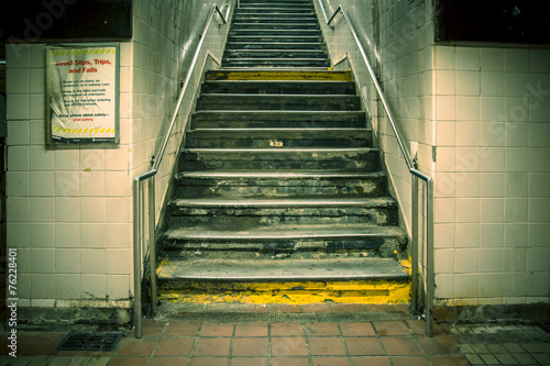 Canvas Treinstation Grungy urban staircase in New York City subway