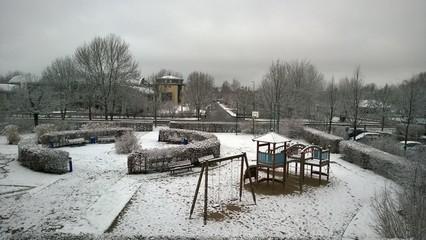 Vom Schnee bedeckter Spielplatz
