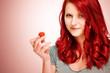 rothaarige Frau mit einer Erdbeere