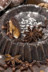 alte Backformen mit Lebkuchen und Gewürzen