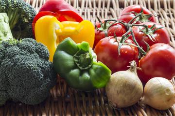 Warzywa na wiklinowej teksturze