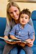 Mutter und Sohn mit einem Buch