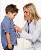 Ärztin und kleiner Junge