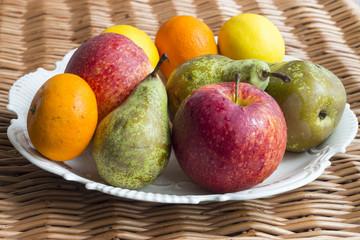 Owoce na talerzu na wiklinowej teksturze